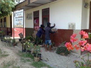 Perbaikan dinding kantor Kepala Sekolah yang sudah mulai rusak