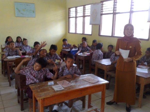 Bu Suwarni, S.Pd, sedang mengajar Bahasa Daerah Lampung 26/10/2011